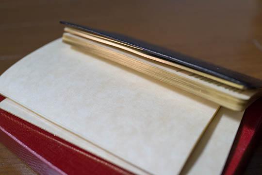 手帳には金箔が施されている